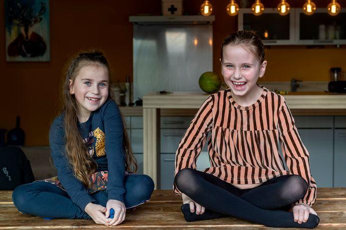 Emma (rechts) en Faya zijn twee jonge nierpatiënten die de komende tijd het gezicht vormen van een landelijke campagne van de Nierstichting.