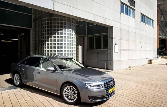 De auto van minister Ronald Plasterk vertrekt bij de rechtbank na zijn getuigenis.