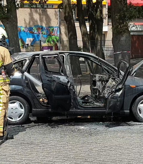 Auto brandt uit voor Winkelcentrum Het Stroink in Enschede