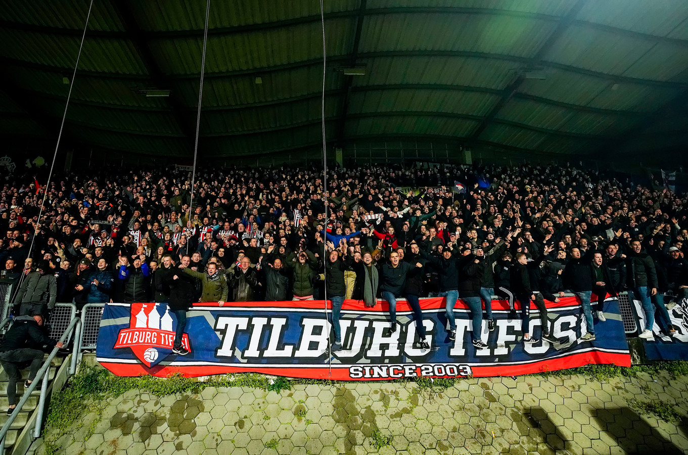Supporters op de KingSide in het stadion van Willem II.