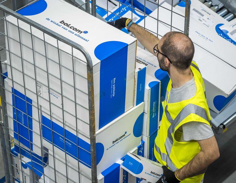 Pakjes worden voor verzending gesorteerd in het distributiecentrum van Bol.com. Beeld ANP