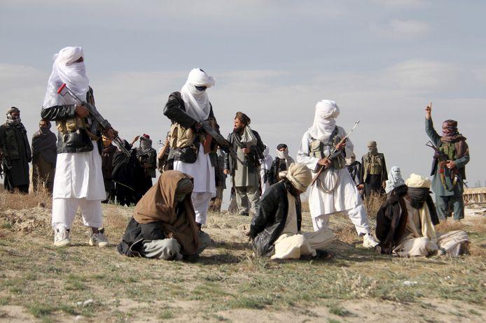 Een executie door opstandelingen van de taliban in 2015. De geëxecuteerden werden beschuldigd van roofmoord.
