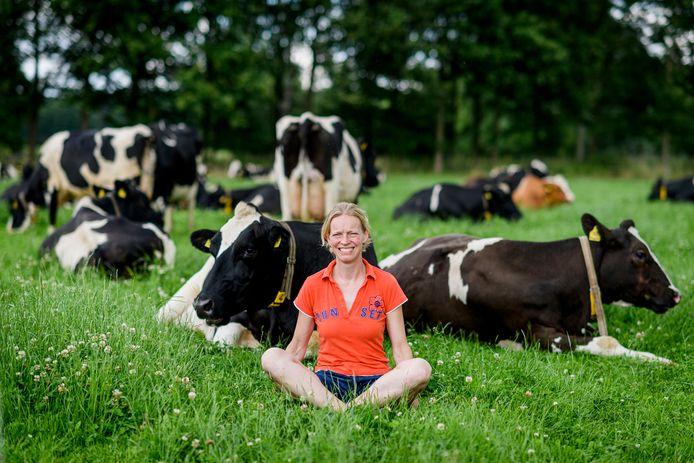 Bertine Luttikhedde bij de koeien in de wei.