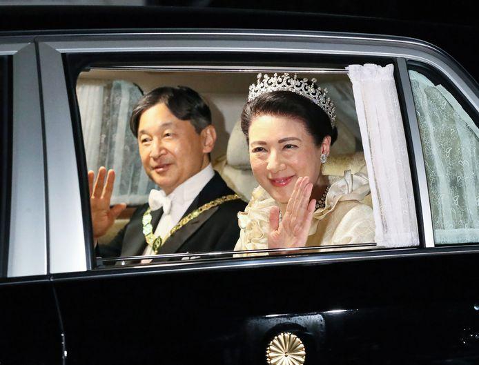 De nieuwe keizer en zijn vrouw, op weg naar het aansluitende staatsbanket.