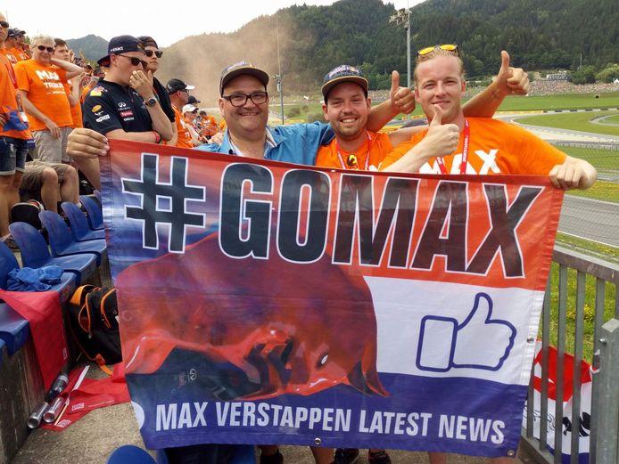 Bas van Bodegraven (links, in het blauw) met een van de vele, inmiddels beruchte #GoMax-vlaggen.