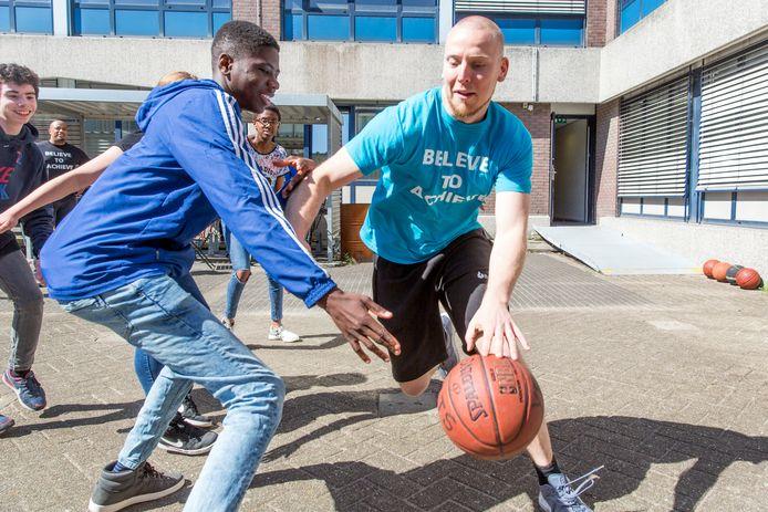 Peter Ottens (rechts), oprichter van de Yets Foundation, in actie met een van zijn leerlingen.