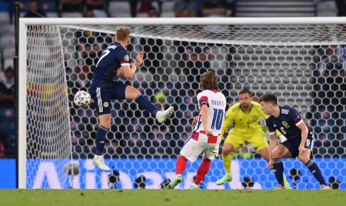 Modric schiet met buitenkant voet de bal langs Marshall.