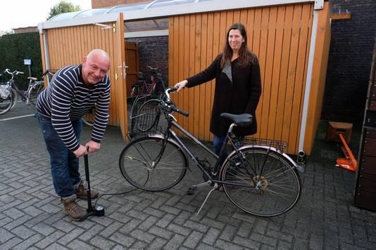 Fietsenmaker Patrick van Staeyen pompt de banden van de fietsen van het gemeentepersoneel op. Per fiets schenkt de gemeente 2 euro aan Luca's gezin.