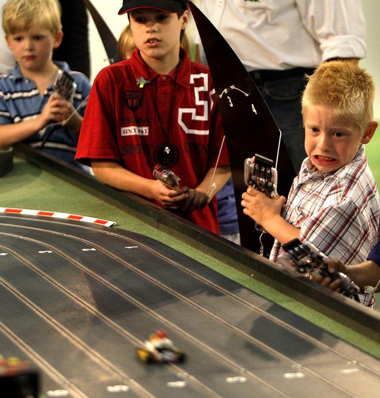 Geconcentreerde blikken op de gezichten van deze jongentjes die aan het racen zijn. Beeld anp