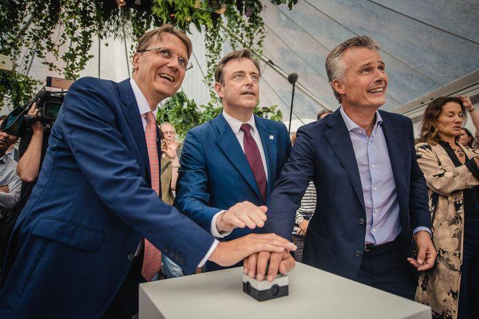 Rik Vandenberghe van bouwgroep Besix, burgemeester Bart De Wever en Christian Van Thillo, topman van De Persgroep, drukken samen op de knop.