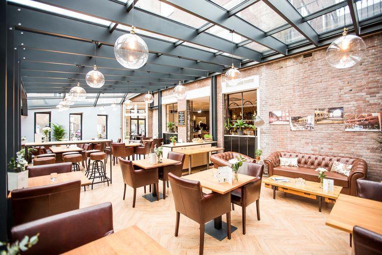 In de vroegere pastorie zit een grand café, met serre Beeld Eva Plevier
