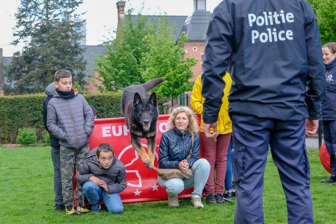 De kinderen kregen een demonstratie van de hondenbrigade.