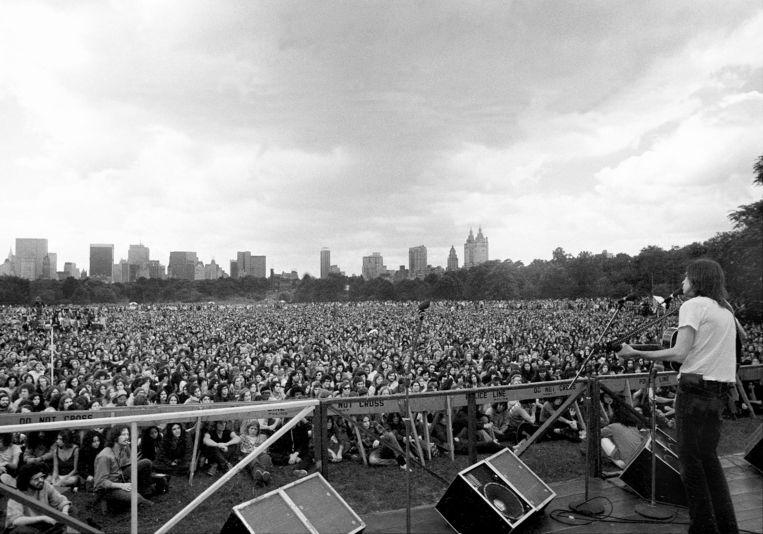 Eric Andersen speelt in 1972 voor 40.000 mensen in Central Park, New York. Beeld Getty Images