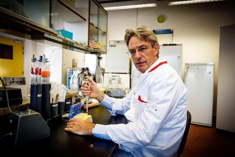 Professor microbiologie Herman Goossens (UZ Antwerpen) vindt dat we in België grondig moeten nadenken over hoe we omgaan met positieve testen van mensen met een oude corona-infectie. Beeld Photo News