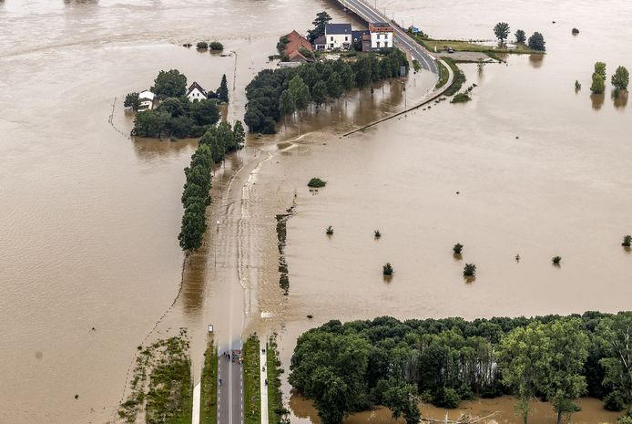 Luchtfoto van het gebied rond de Maas bij Roosteren na de zware overstromingen in juli.
