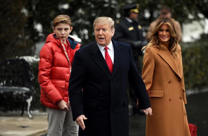 Donald Trump accompagné de son épouse Melania et de leur fils Barron.