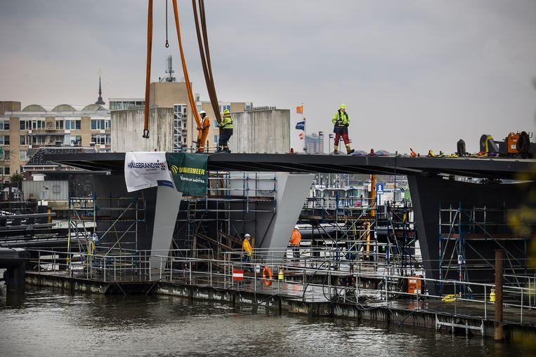 In Dordrecht werden afgelopen week de twee aanbruggen gemonteerd. In totaal is de Prins Clausbrug straks 141 meter lang en is na de zomer gereed. Beeld Arie Kievit