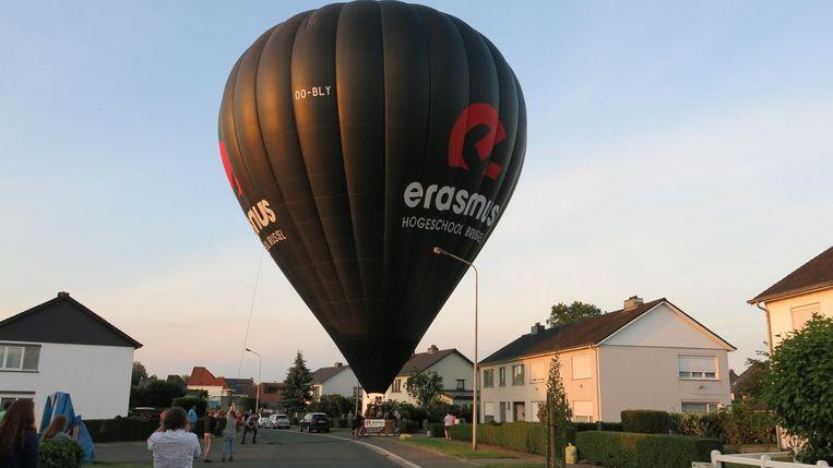 De piloot kon de ballon tussen twee lichtpalen aan de grond zetten.