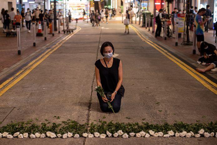 Een kunstenaar legde donderdag in Hongkong een herdenkingsplek aan voor de slachtoffers van het Tianmenprotest in 1989. De jaarlijkse kaarsenwake in de stad is door de autoriteiten verboden.