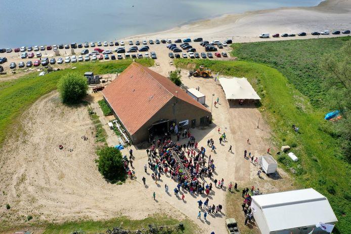 De onthulling van de Romeinse kano die gevonden werd in zandwinningsgebied Over de Maas.