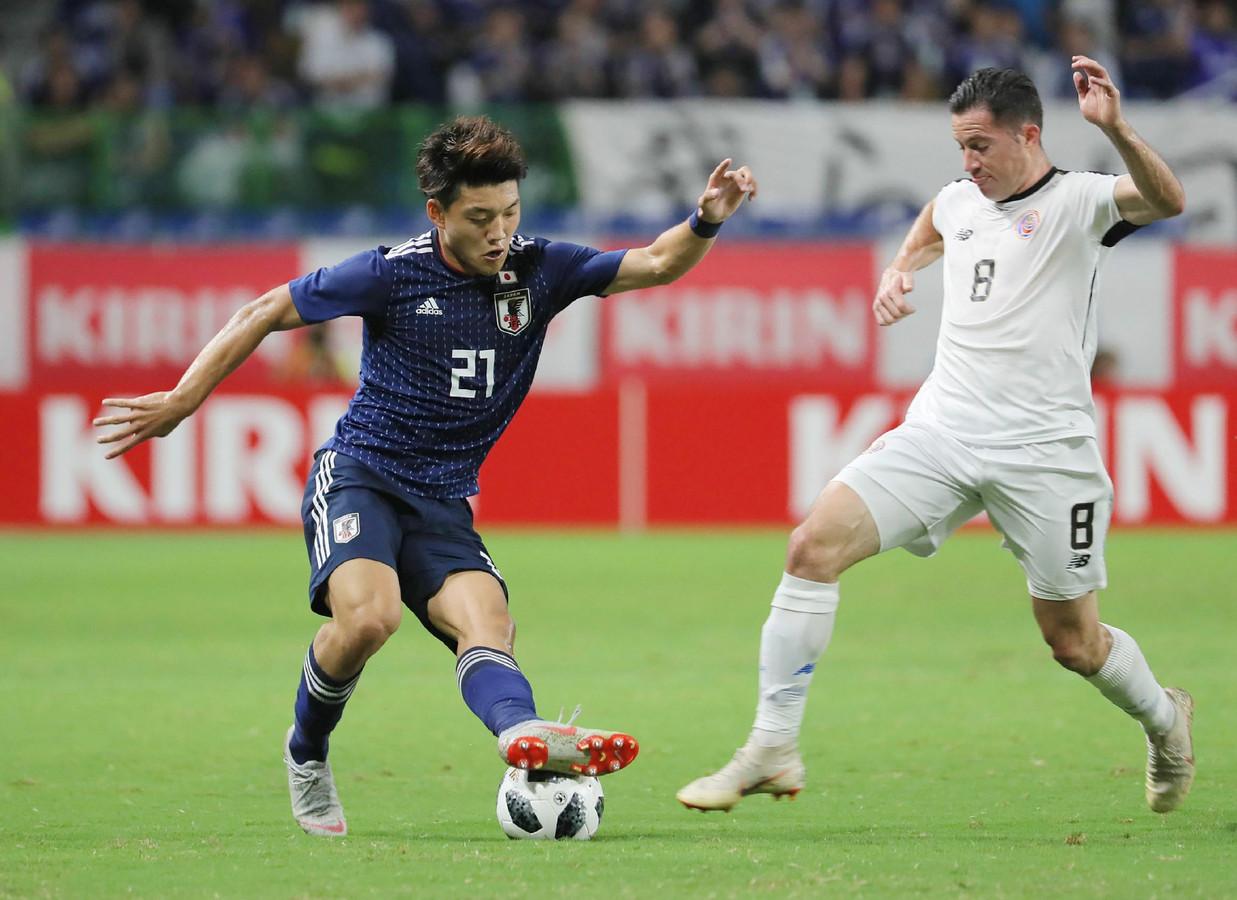 Ritsu Doan in actie tijdens zijn vuurdoop voor Japan. Rechts de Costa Ricaan Bryan Oviedo.