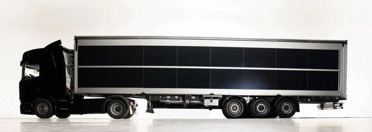 Een truck met oplegger volbehangen met zonnepanelen. Deze is bedoeld als koelwagen. Dankzij de zonnestroom is er geen dieselaggregaat nodig voor de koeling. Beeld Sono Motors