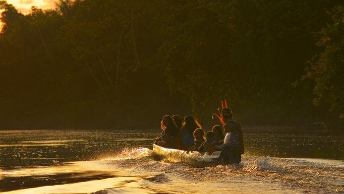 Indianen varen op de Amazone.