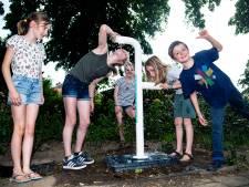 Kinderen krijgen waterkraan na handtekeningenactie: 'Nooit meer dorst tijdens voetbal'