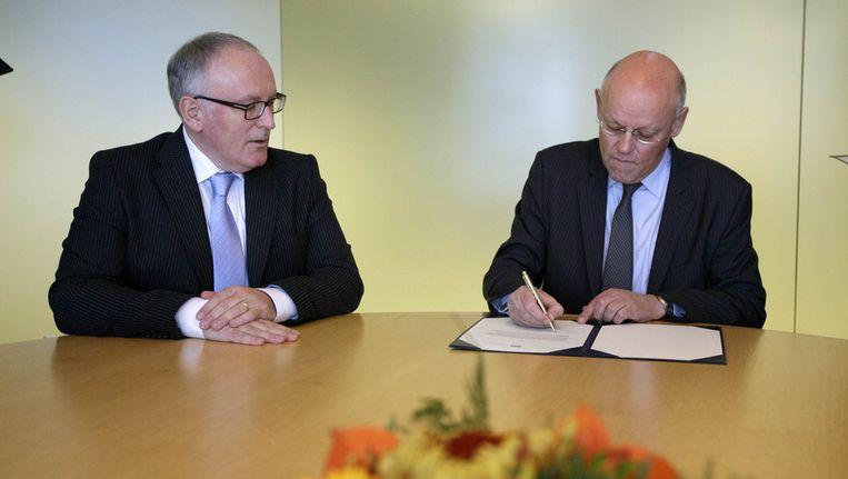 Uri Rosenthal (rechts) en Frans Timmermans tijdens de overdracht in november, op het ministerie van Buitenlandse Zaken. Beeld ANP