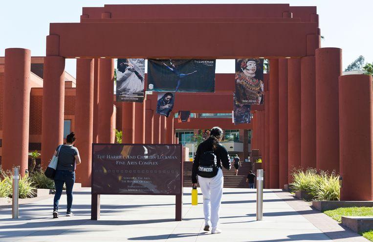 Studenten op het Harriet and Charles Luckman Fine Arts Complex van de California State University in Los Angeles.  Beeld AP