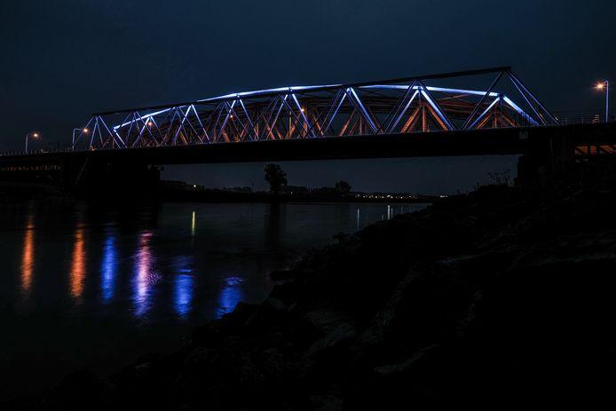 In Westervoort kleurt de IJsselbrug elke avond VN-blauw.