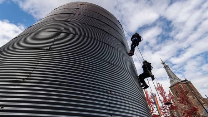 Duo-acrobatiek voor solo-acrobaat: metalen silo voor festival Circolo staat in Tilburgse binnenstad