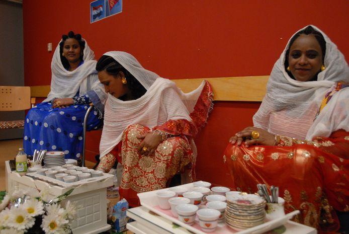 De Eritrese koffieceremonie aan het begin van de bijeenkomst in De Slinger
