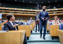 Mark Rutte en Pieter Omtzigt groeten elkaar voorafgaand aan de beëdiging van de leden van de Tweede Kamer.
