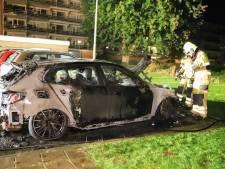 Auto in lichterlaaie bij flat in Culemborg