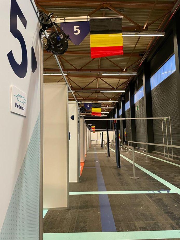 In het vaccinatiecentrum hangen heel wat Belgische vlagjes.
