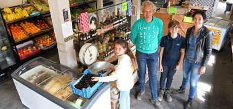 Aardappelen, uien en asperges uit eigen grond in de boerderijwinkel van Alida en Arno