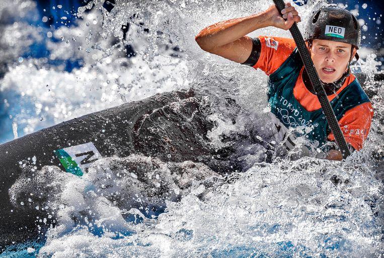 Martina Wegman in actie tijdens de olympische finale kanoslalom. Beeld Klaas Jan van der Weij