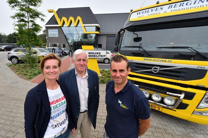 Ingrid en Edwin Wolves met hun vader Egbert, de oprichter van het bedrijf, bij een knalgele Wolves-auto.