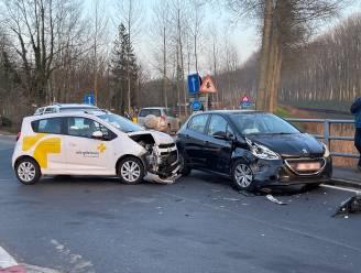 Auto Wit-Gele Kruis en andere wagen botsen in Moerkerke