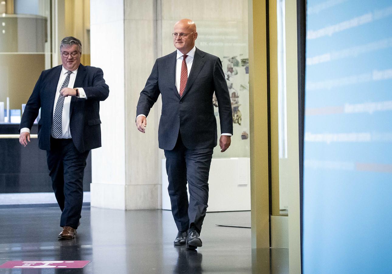 Minister Ferd Grapperhaus en burgemeester Hubert Bruls (namens de veiligheidsregio's)  kopmen aanlopen voor een persconferentie. Daarin complimenteert Grapperhaus de aanpak van de Veiligheidsregio IJsselland.