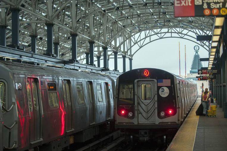 Een metrostel gaat op stal op Coney Island.