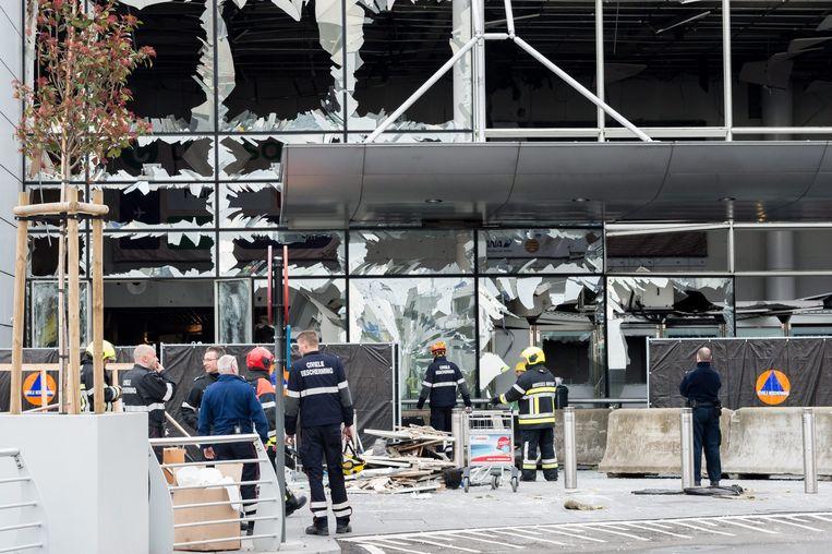 Hulpverleners aan de gehavende luchthaven van Zaventem. Beeld EPA