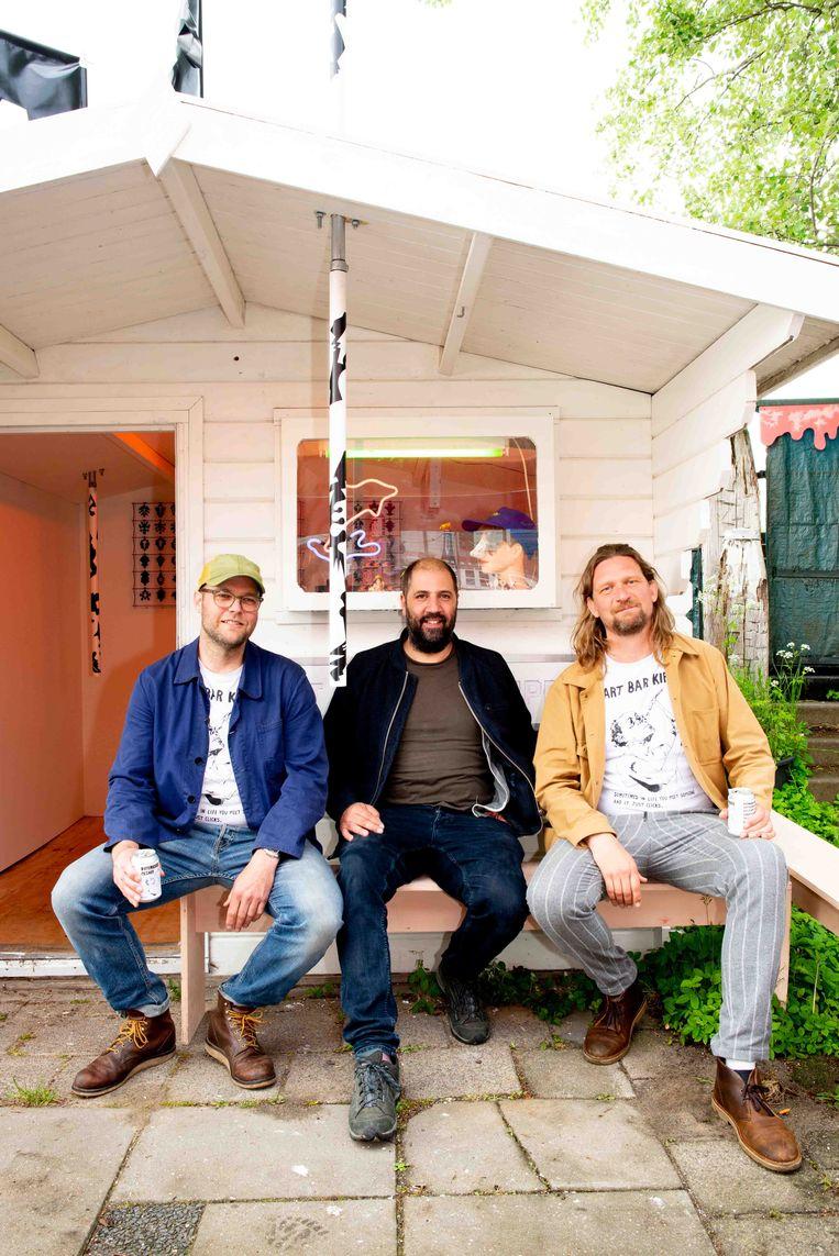 Art Bar Kippy: Arthur Stokvis, Bonno van Doorn en (in het midden) kunstenaar Yasser Ballemans.  Beeld Marjolein van Damme