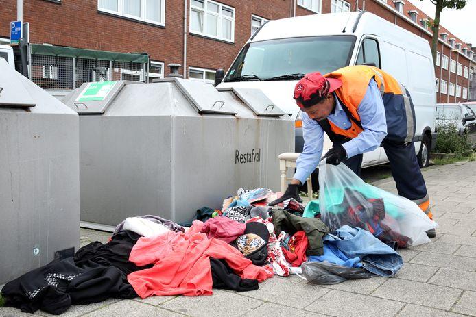 Mauro Paulina brengt de gedumpte kleding naar de inzameling, zodat het kan worden hergebruikt.