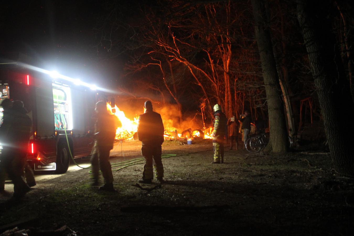 Voor de tweede achtereenvolgende avond moest de brandweer Dalfsen uitrukken voor een brand in een stapel dor hout.