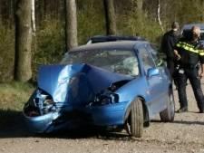 Auto knalt tegen boom, bestuurder raakt gewond