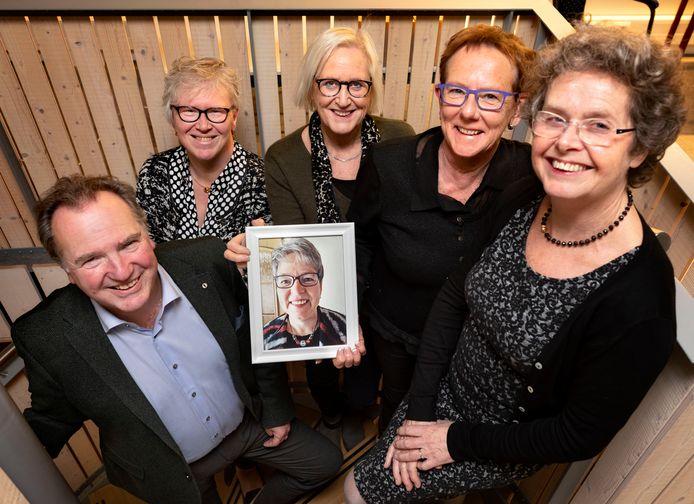 Het bestuur van het welzijnsfonds (v.l.n.r.) Ad Keeris, Jeanne Segers, Tine Ansems, Hanny van Leeuwen en Monique Botden, met een portret van José Cordewinders.