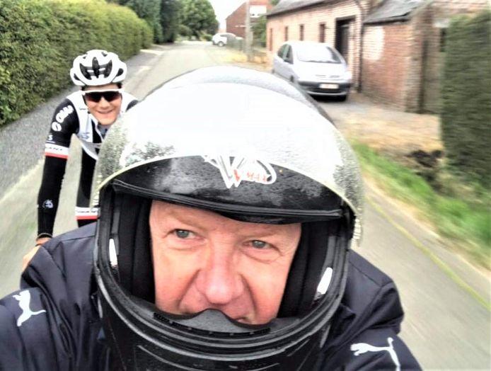 Voorzitter Luc Vandenabeele gaat al 's met renner Louis Vervaeke trainen, de ene op de brommer en de andere op de fiets...