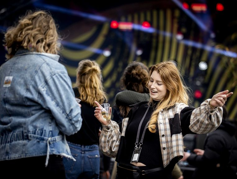 Bezoekers van een dancefestival in maart, op het evenemententerrein van Walibi Holland. Alle bezoekers waren getest. Beeld ANP